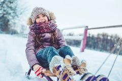 Papa avec la fille extérieure en hiver photo stock