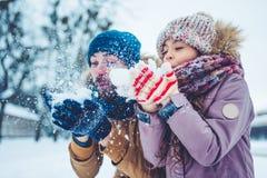 Papa avec la fille extérieure en hiver photographie stock libre de droits