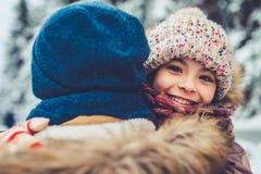 Papa avec la fille extérieure en hiver images stock