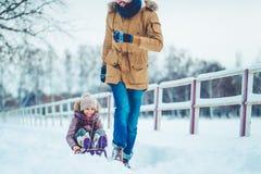 Papa avec la fille extérieure en hiver photographie stock