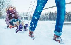 Papa avec la fille extérieure en hiver image stock