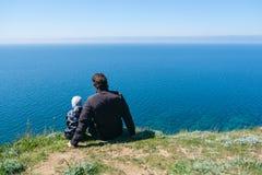Papa avec le fils dans le bord de montagnes Images stock