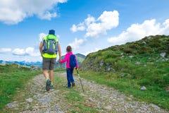 Papa avec sa fille tout en augmentant dans les montagnes Photographie stock libre de droits