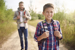 Papa avec son fils explorant de nouveaux endroits Images libres de droits