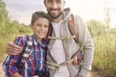 Papa avec son fils explorant de nouveaux endroits Photographie stock libre de droits
