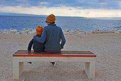 Papa avec un fils à la mer Photos libres de droits