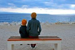 Papa avec un fils à la mer Photos stock