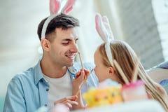 Papa avec vous amusement se préparant à Pâques Le papa et sa petite fille ont ensemble l'amusement tout en se préparant aux vacan image stock