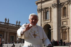 Papa Benedicto XVI bendice a gente Fotografía de archivo