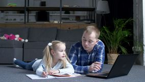 Papa choisissant sur des leçons de lapatop pour la fille préscolaire banque de vidéos