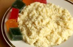 Papa de aveia útil do trigo do café da manhã com doce de fruta mingau dourado do painço com partes de geleia de fruto fresco imagem de stock