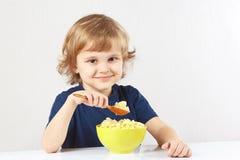 Papa de aveia bonito pequeno do painço do pequeno almoço do menino Imagem de Stock