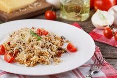 Papa de aveia com os vegetais no italiano Risoto com vegetais Ainda vida com um prato e uns legumes frescos em um fundo de madeir Fotos de Stock