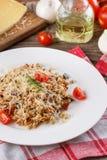 Papa de aveia com os vegetais no italiano Risoto com vegetais Ainda vida com um prato e uns legumes frescos em um fundo de madeir Imagem de Stock