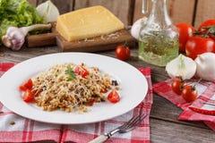 Papa de aveia com os vegetais no italiano Risoto com vegetais Ainda vida com um prato e uns legumes frescos em um fundo de madeir Imagens de Stock