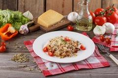 Papa de aveia com os vegetais no italiano Risoto com vegetais Ainda vida com um prato e uns legumes frescos em um fundo de madeir Imagens de Stock Royalty Free