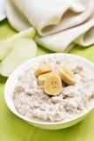 Papa de aveia da farinha de aveia do café da manhã com fatias das bananas fotografia de stock royalty free