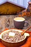 Papa de aveia delicioso do trigo mourisco com manteiga e leite Imagens de Stock Royalty Free