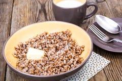 Papa de aveia delicioso do trigo mourisco com manteiga e leite Fotografia de Stock Royalty Free