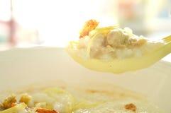 Papa de aveia do arroz com carne de porco e o gengibre triturados da fatia na colher de sopa Foto de Stock Royalty Free