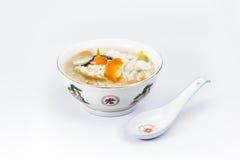 Papa de aveia do arroz da bacia com colher Fotos de Stock Royalty Free