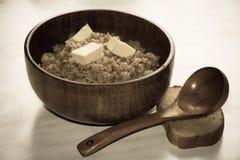 Papa de aveia do trigo mourisco em um prato de madeira Fotos de Stock Royalty Free