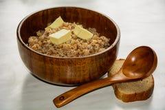 Papa de aveia do trigo mourisco em um prato de madeira Imagens de Stock Royalty Free