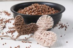 Papa de aveia do trigo mourisco na tabela Trigo mourisco fervido O café da manhã é imagens de stock