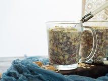 Papa de aveia durante a noite do quinoa da aveia com leite de coco Imagem de Stock