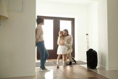 Papa de embrassement de fille triste laissant la famille disant au revoir au fath photos libres de droits