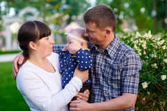 Papa de maman et petite fille marchant en parc Photos libres de droits