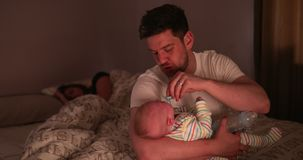 Papa die de Baby controleren tijdens de Nacht stock videobeelden