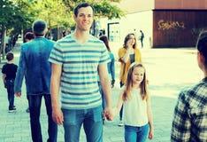 Papa die door de hand met glimlachend meisje lopen stock afbeeldingen