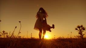 Papa die klein kind omcirkelen bij zonsondergang, het gelukkige papa spelen met een kleine dochter stock video