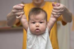 Papa die pasgeboren baby houden Stock Afbeelding