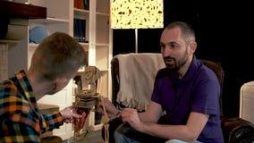 Papa die zijn jongen over de functie van ribben in menselijk skelet vertellen stock footage