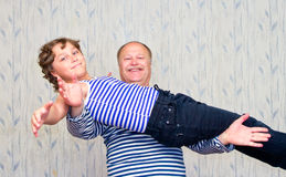 Papa die zijn zoon op zijn uitgestrekte handen houden stock foto's