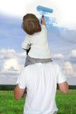 Papa die zoon helpen om goed weer te trekken Royalty-vrije Stock Fotografie