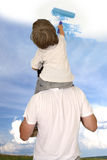 Papa die zoon helpen om goed weer te trekken Stock Foto's