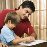 Papa die zoon helpt. Stock Afbeelding