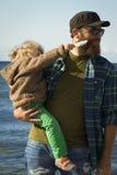 Papa en dochter bij het overzees Royalty-vrije Stock Foto's