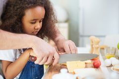 Papa en dochter die samen koken stock foto