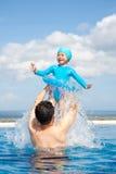 Papa en Dochter het spelen in Zwembad Stock Afbeeldingen