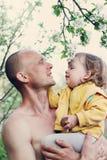Papa en dochter onder de appelbomen royalty-vrije stock afbeeldingen