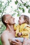 Papa en dochter onder de appelbomen royalty-vrije stock afbeelding
