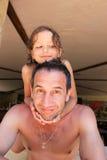 Papa en dochteromhelzingen stock foto