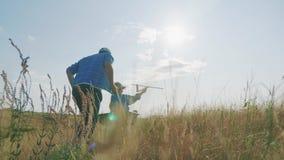 Papa en dochterspel op het gebied Kind proefvliegenier met vliegtuigdromen van het reizen stock footage