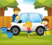 Papa en jonge geitjes die auto in het park wassen Royalty-vrije Stock Afbeelding