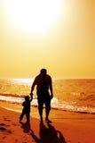 Papa en kind op het strand stock afbeeldingen
