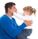 Papa en kind speel en knijpende wangen die op witte rug worden geïsoleerd stock fotografie